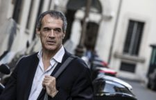 "Paragone contro Cottarelli: ""Fa la star TV con contratto Top-Secret"""